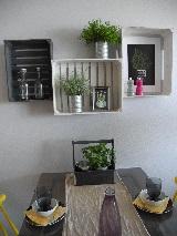 Puulaatikoista seinähyllyjä Asuntomessuilla