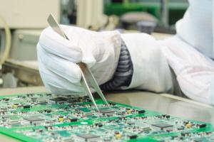IT-laitteen valmistusta