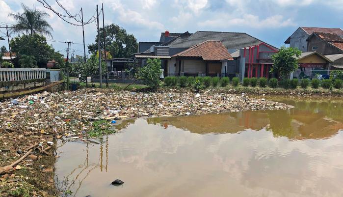 Paljon muovijätettä trooppisessa joessa