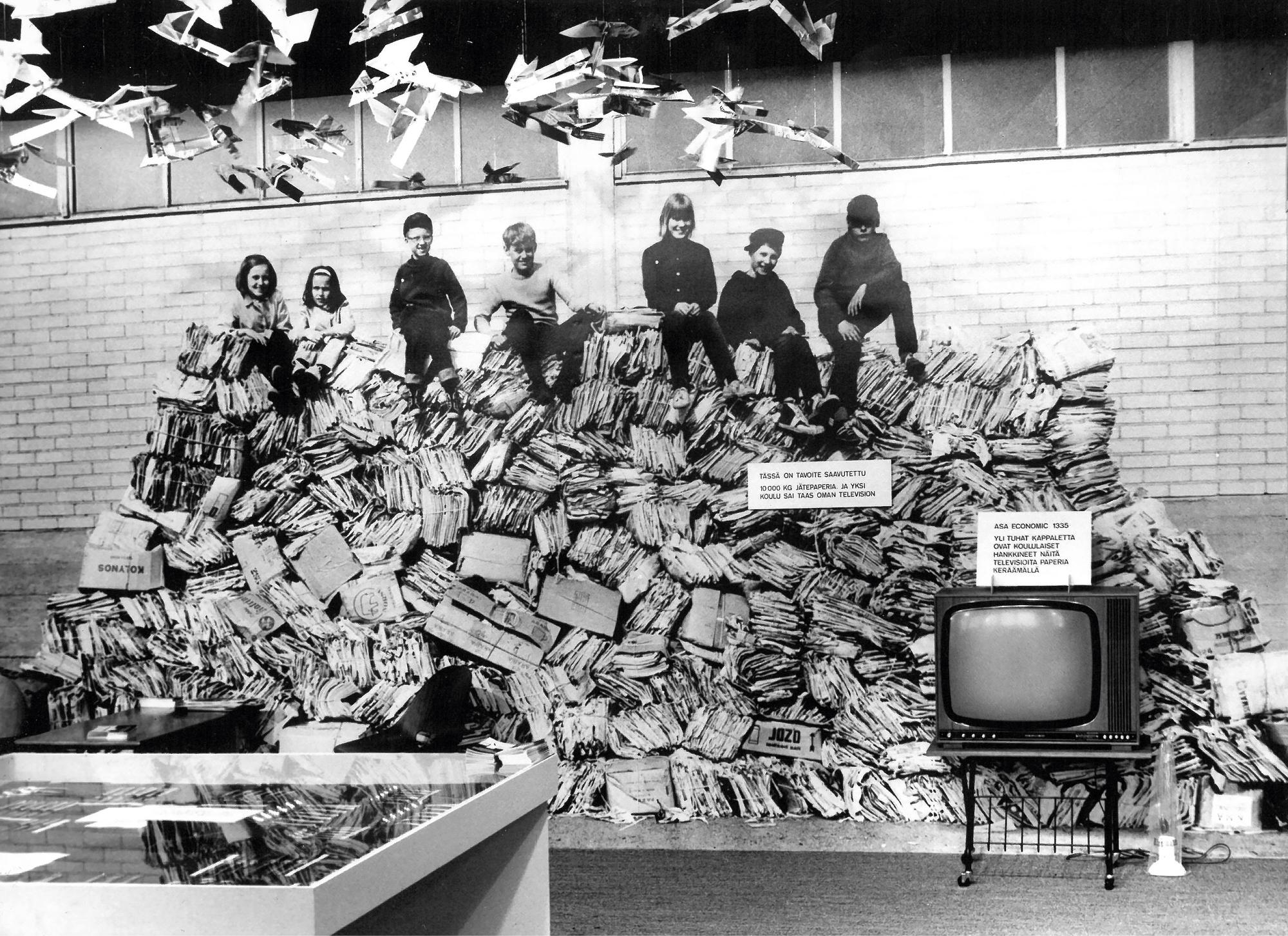 Tonni jätepaperia koossa! Koululaiset saivat keräystyöstään palkkioksi television.