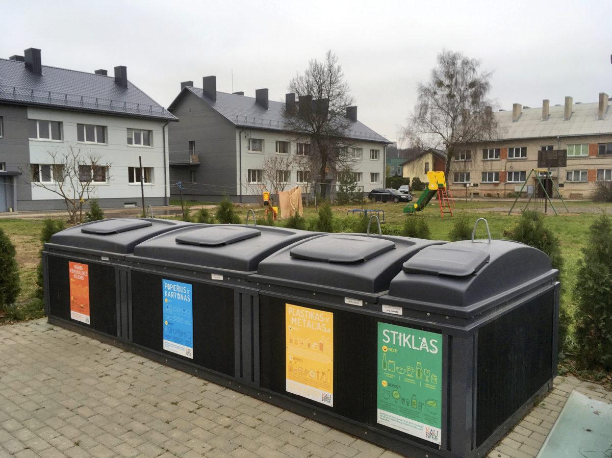 Kaunasissa keräyspiste palvelee samassa korttelissa asuvia. Astiaan voi tuoda muovijätteiden lisäksi myös metallit, paperin ja kartongin sekä sekajätteeet.