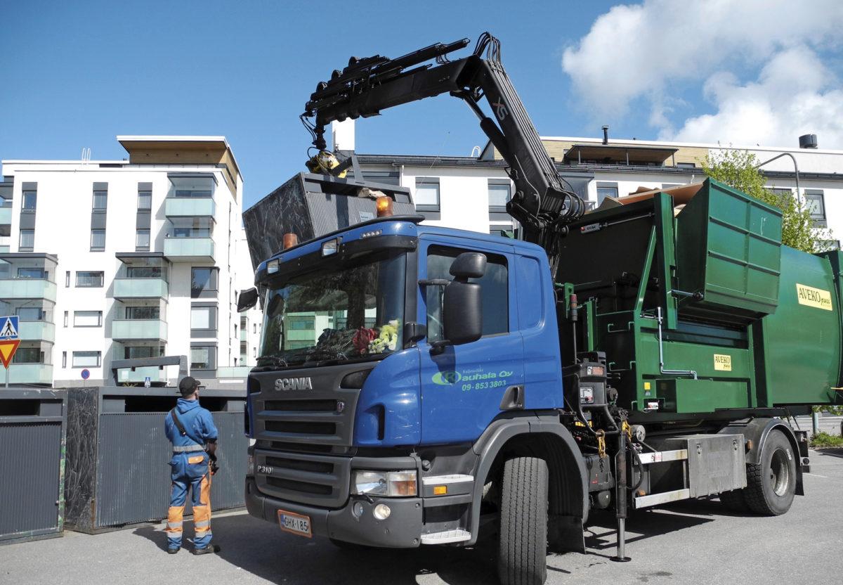 Pakkausjätteen keräysastiaa tyhjennettiin Helsingissä nosturiautolla kesällä 2016. Suomessa on tutkittu, tulisiko kunnille sälyttää nykyistä enemmän vastuuta yhdyskuntajätteen kierrätysasteen nostamisesta, vai kannattaisiko nojautua nykyisten toimijoiden entistä selkeämpään yhteistyömalliin.