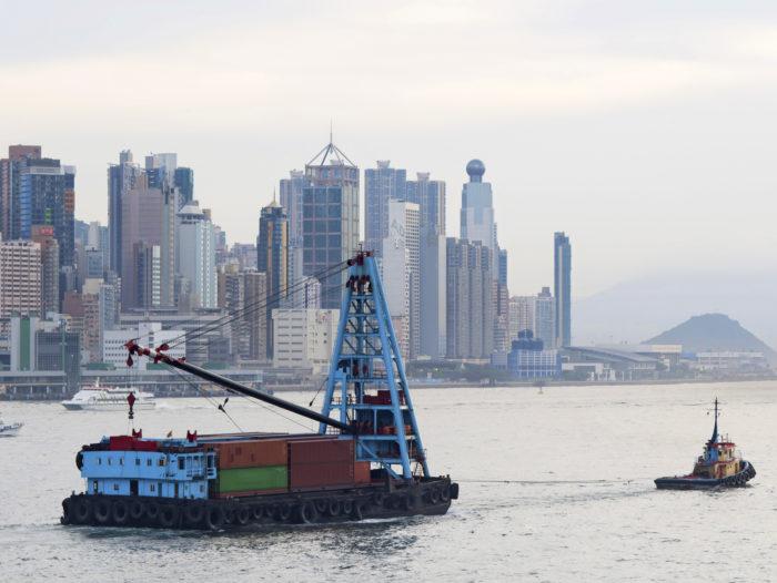 Muovijätettä kuljetettiin ennen tiuhaan tahtiin Euroopasta Hongkongin satamaan ja Kiinaan, kunnes Kiina ilmoitti ottavansa vastaan vain uusiomuoviksi kelpaavia materiaaleja. Sen jälkeen muovijäte on etsinyt satamaa Kaakkois-Aasiasta ja Afrikasta.