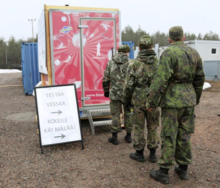 Kriisinhallintakoulutuksiin ja kansainvälisiin harjoituksiin osallistuvat varusmiehet pääsevät pinkkiin Mortti-huussiin Camp Maurissa.