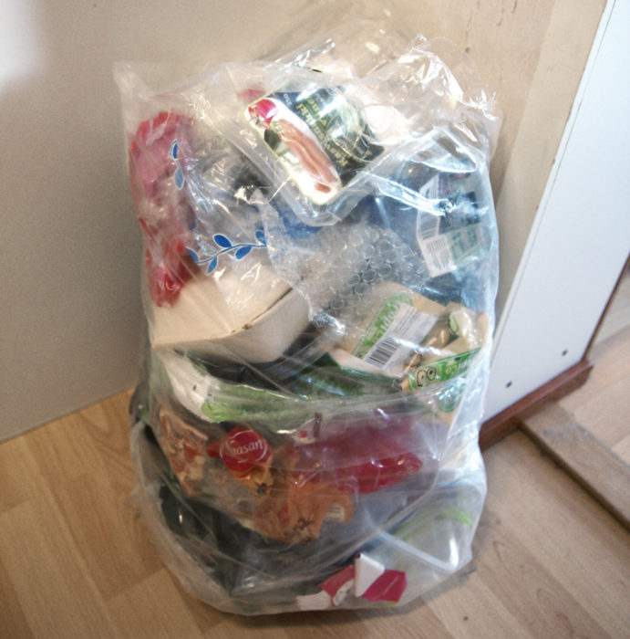 Muovipakkaukset puhdistetaan ja kerätään omaan säkkiin. Tässä kahden viikon saalis.