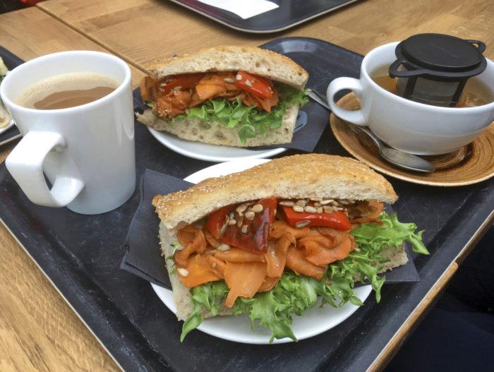 Kahvilastakin löytyy vegaanille jotain: tässä yllättävän herkullinen keitetyllä porkkanalla täytetty leipä.