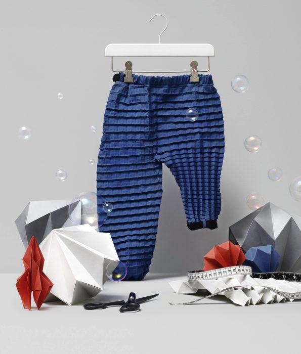 Kun housut kasvavat vauvan mukana, voidaan vähentää vaatteiden määrää ja siten niiden ympäristövaikutuksia.