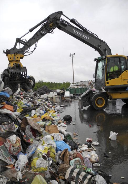 Juuri tuodusta jätekuormasta poimitaan satunnaisotannalla 600-litraisen jäteastian verran roskapusseja. Kaivuri sekoittelee roskapussikasaa, jotteivät yhden taloyhtiöt roskat näkyisi tutkimuksessa yliedustettuna.