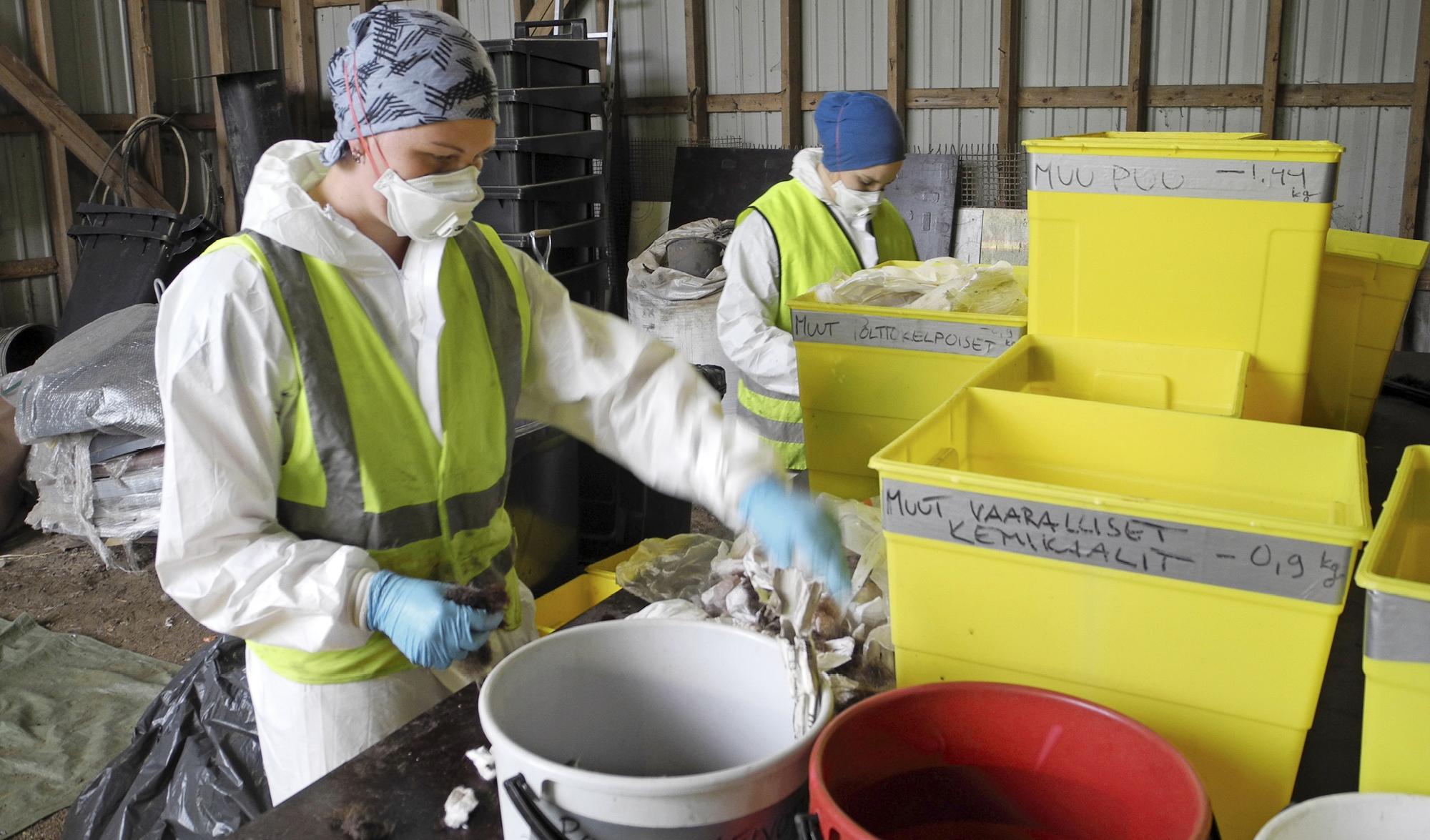 Lajittelututkimuksessa roskapussien sisältö lajitellaan 28 jakeeseen. Jokaiselle on lajittelupöydällä oma astia, joiden sisältö punnitaan. Näin saadaan tietää, millaisia jätteitä on sekalaisessa jätteessä eniten.