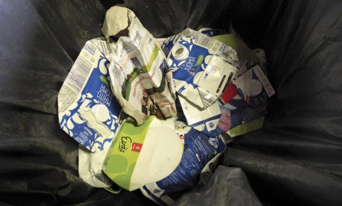 Roskapusseista on löytynyt huolella litistettyjä kartonkipakkauksia, joita ei kuitenkaan ole sitten jaksettu viedä kartonginkeräysastiaan.