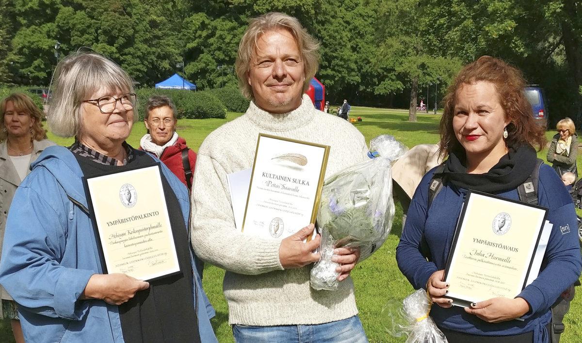 Ympäristöpalkinnon sai Keskuspuistoryhmä, jonka puolesta palkinnon vastaanotti Maija Hakanen (vas.), Kultainen Sulka -palkinnon sai Petteri Saario (kesk.) ja Ympäristöavaus palkinnon vastaanotti Juha Hurmeen ryhmään kuuluva Iida-Maaria Lindstedt (oik.).