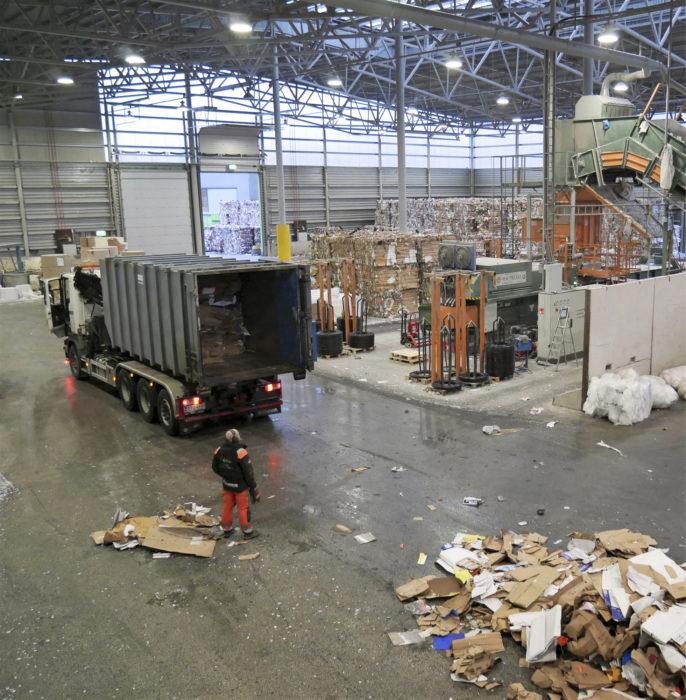 Encore Ympäristöpalveluiden Vantaan tuotantoyksikössä käsitellään niin kotitalouksien kuin yritystenkin keräyspaperia ja pakkausjätettä.