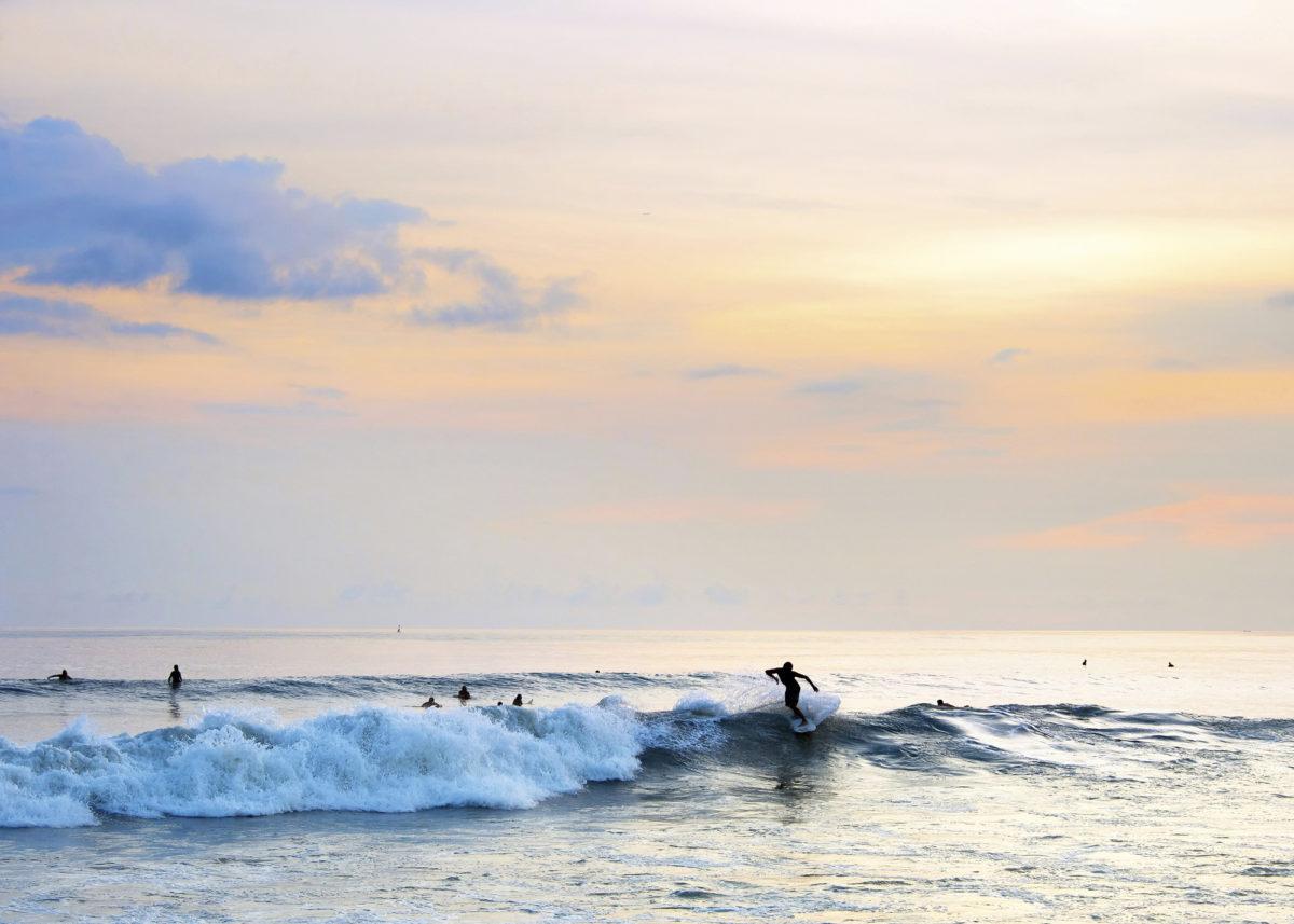Muovijätelaskuri  paljasti, että Balilla  33 000 tonnia muovijätettä valuu joka  vuosi ohi virallisten jätehuoltojärjestelmien, lopulta vesistöihin. Turistit tuottavat  jätettä jopa 3,5 kertaa paikallisia enemmän.
