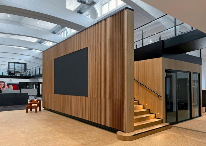 Luomoan mallilla rakennuksen sisätiloja ja talotekniikkaa voi ylläpitää ja modifioida muuntojoustavilla sisätilaratkaisuilla, älykkäillä pinnoilla sekä uusilla tilajaon ja akustiikan toteutuksilla.