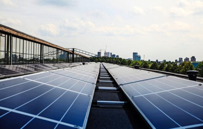 Utrecthissa, Werkspoorkwartierin alueella Alankomaissa energiatehokkuudesta kiinnostuneet vuokralaiset järjestivät 175 metriä pitkän toimistotilahallinsa katolle aurinkopaneelit.